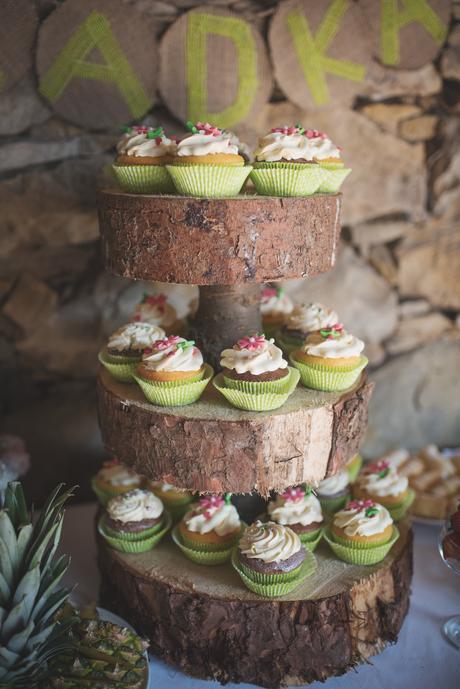 Dřevěný etažér na cupcakes,