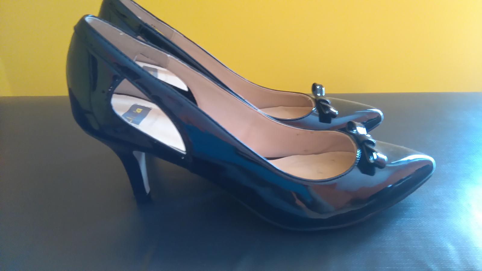 9b333f2e761 Společenské boty na podpadku