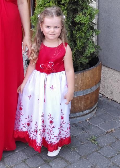 Bielo-červené vyšívané šaty z USA, 104