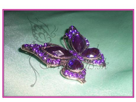 Brošňa motýľ s veľkými kamienkami,