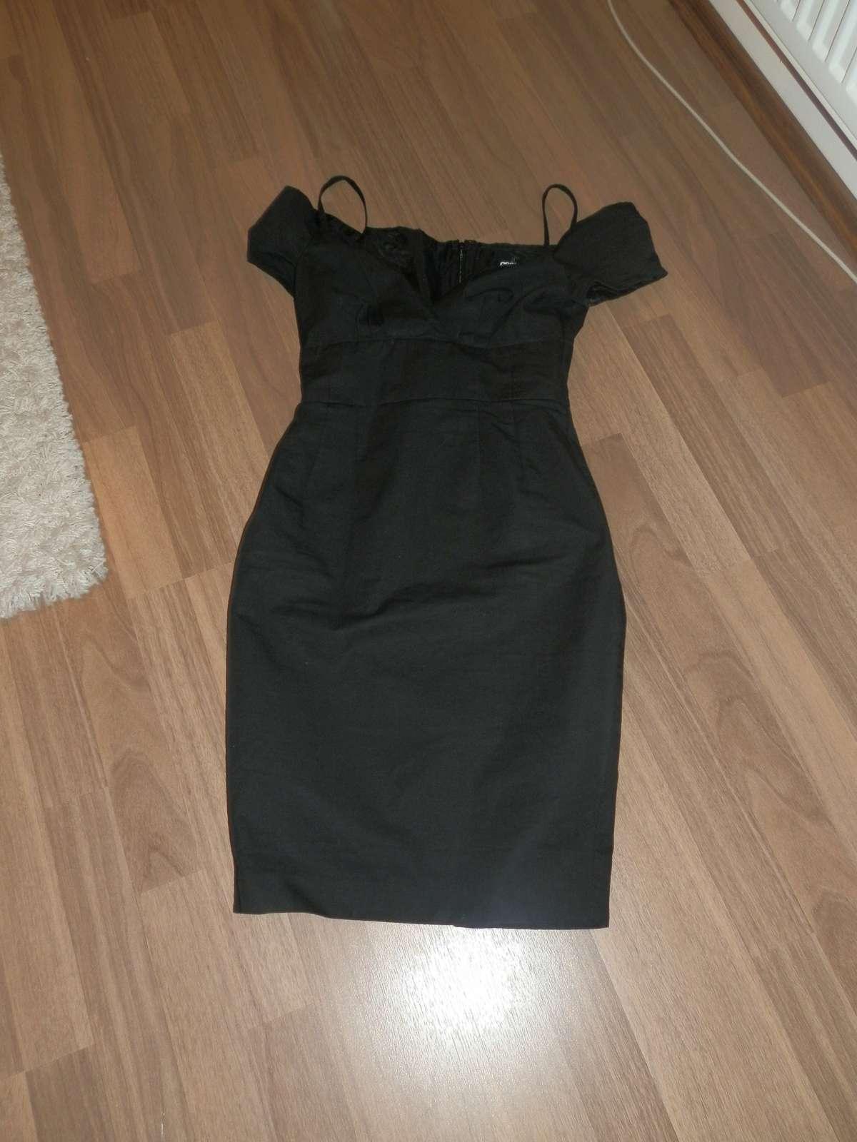 9bca88b2f3f6 Černé šaty s vykrojenými rameny značky asos
