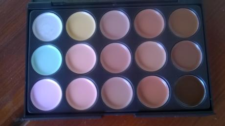 nepouzita paleta korektorov s make up,