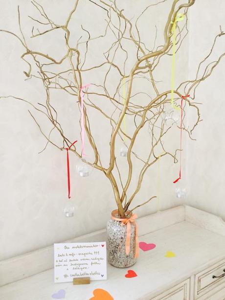 zlatý strom s guľovými svietnikmi,