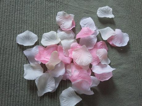 Kombinace béžových, růžových a bílých plátků růží,