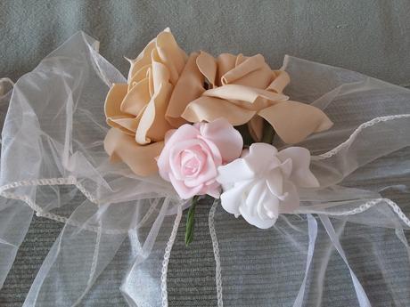 Romantické mašle s růžemi na lavice kostela ,