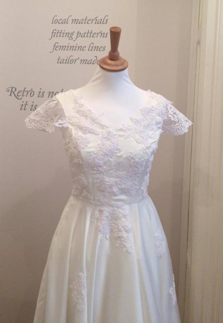 Krátké svatební šaty s krajkovou aplikací, 36