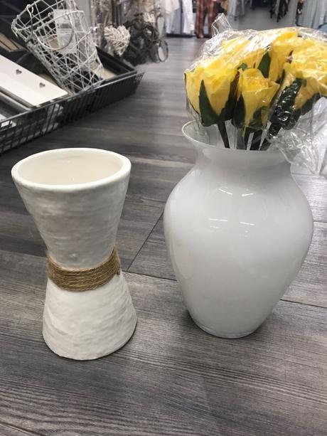 Sada 10 bílých váz s širším hrdlem,