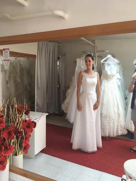 8c5606b34a7c Bílé svatební šaty s krajkou