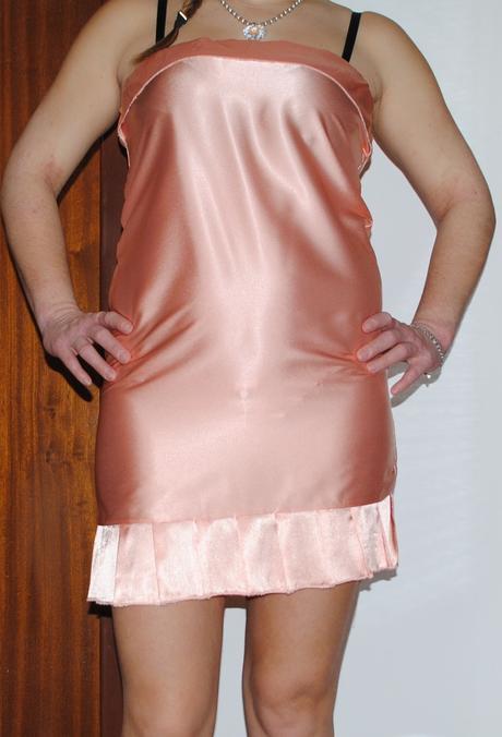 Lososové saténové šaty s kravatou, 38