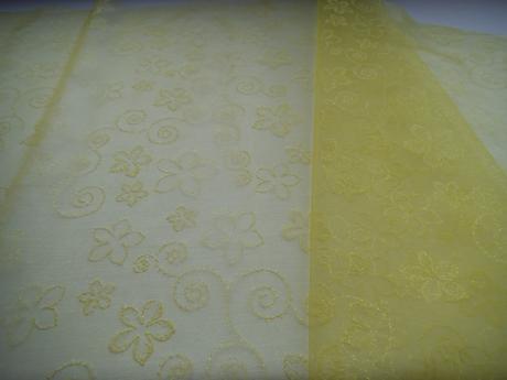 Žlutá organza se vzory cca 25 m,