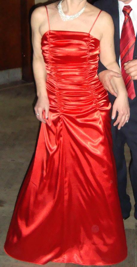 Červené riasené šaty, 38