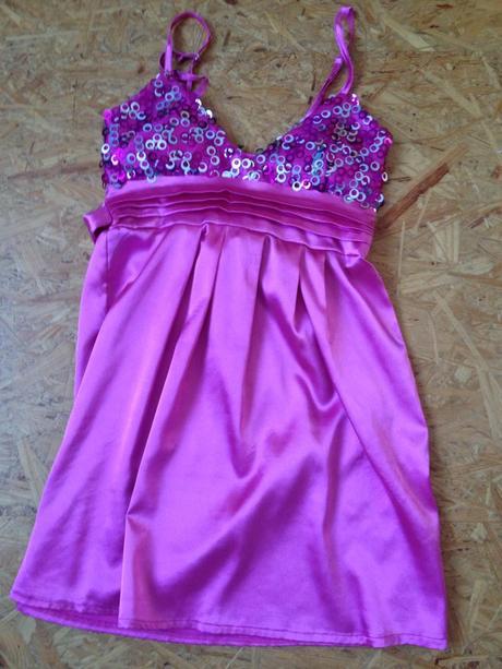Růžové šaty s flitry, 38