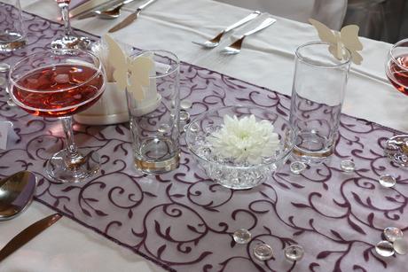 Tmavě fialová organza na svatební tabuli,