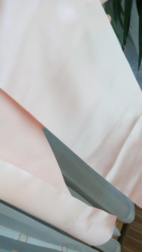 Meruňkové/lososové saténové běhouny na stoly,