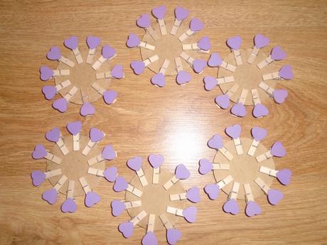 fialové štipčeky,