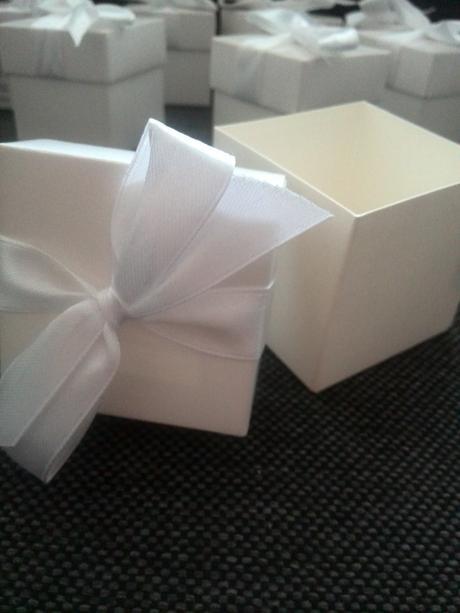 12 kusu krabiček s popiskem,