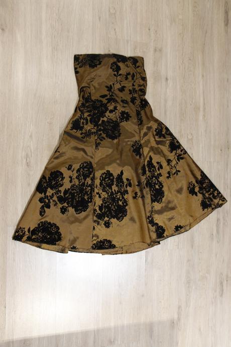 Spoločenské šaty z lesklej medenej látky, 36