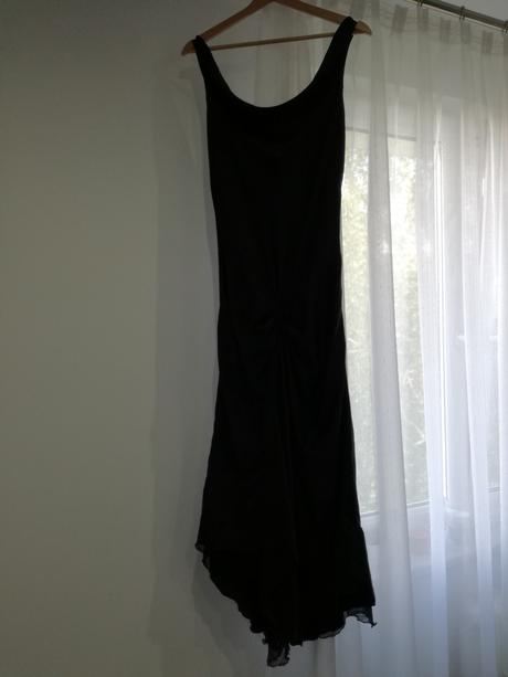 černé šaty, M