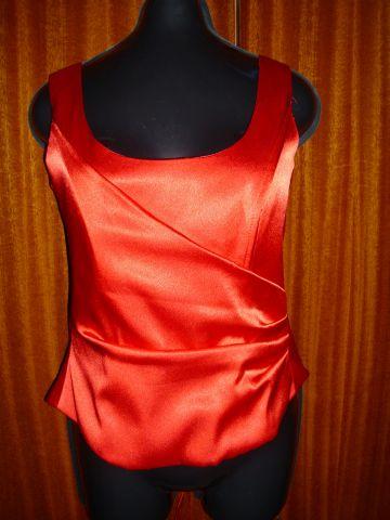 červené šaty, M