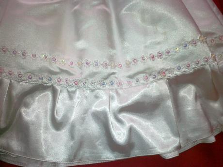 Saténové šaty, 80