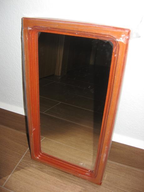 Zrcadlo v dřevěném rámu-nové,