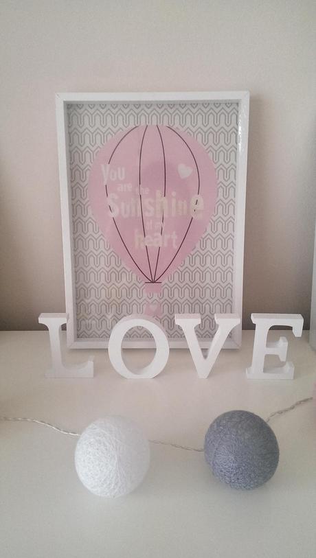 Biele drevené písmená LOVE,