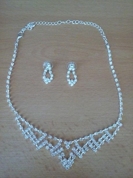 set náhrdelník a náušnice včetně pošty,