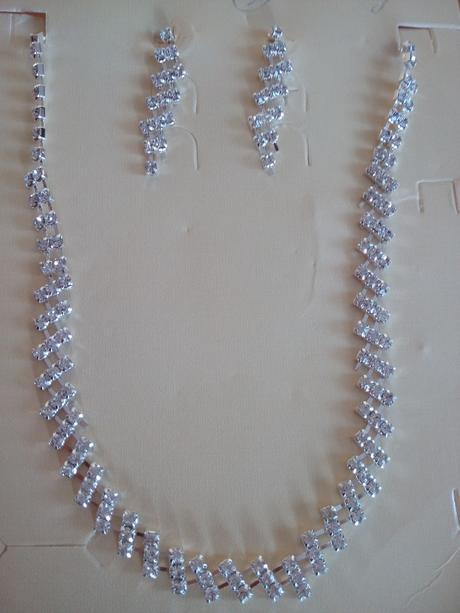 set náhrdelníku a náušnic včetně pošty,