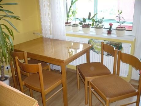 Rozťahovací  stôl so stoličkami ,