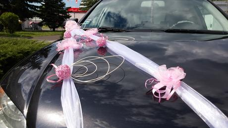 Svadobné auto - pásy a ružové kvietky,
