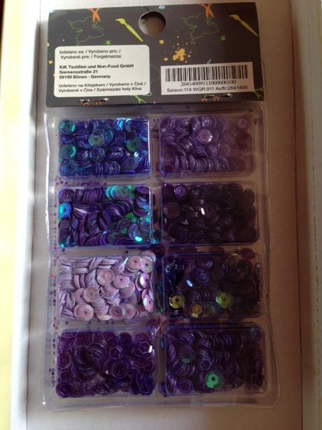 fialové flitry,