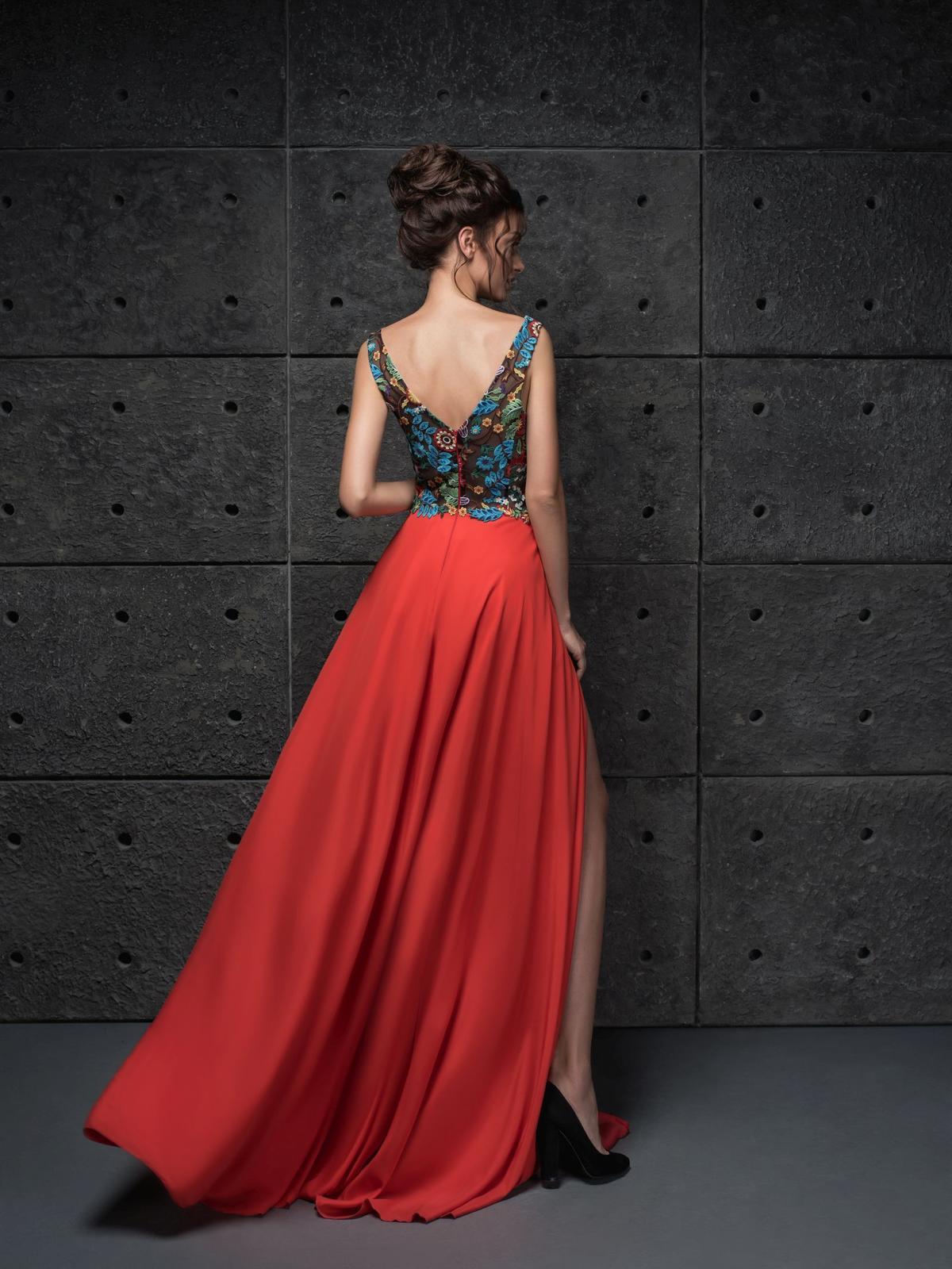03ac21e99059 Extravagantne spoločenské šaty s kvetinovým vzorom