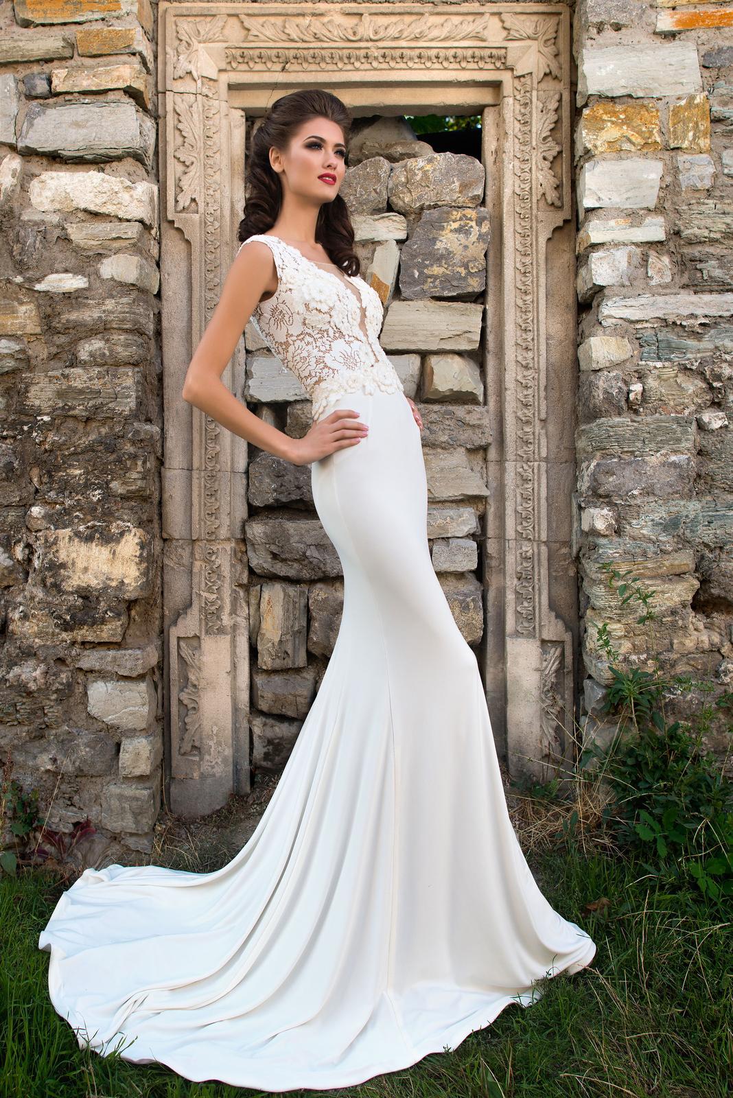 da08a77c37b8 Priliehavé dvojdielne svadobné šaty s čipkou