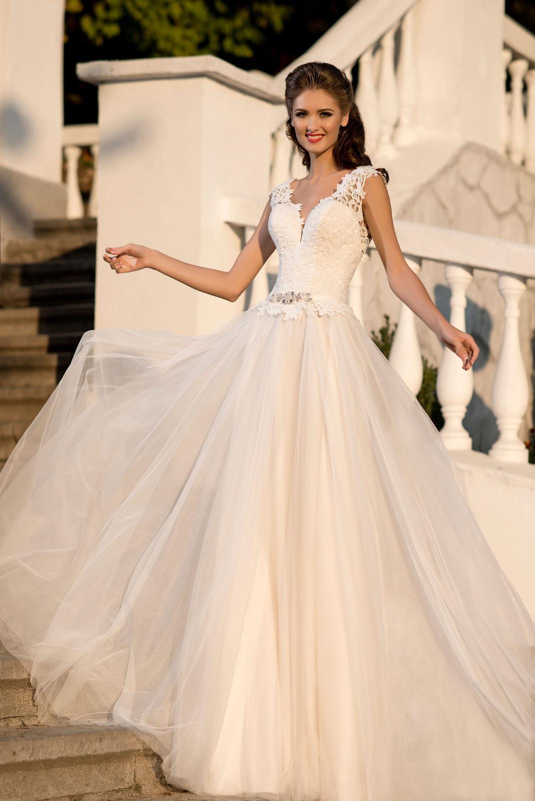 e195b95aba45 Ružovkasté svadobné šaty s krajkou