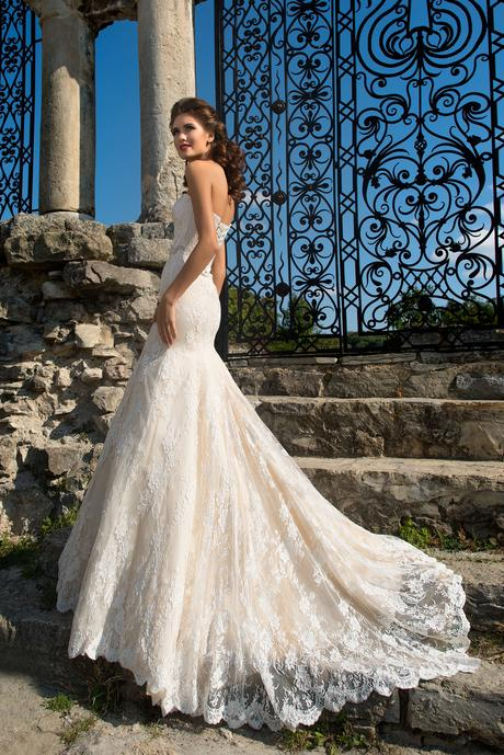 Čipkované svadobné šaty s telovou podšívkou , 36