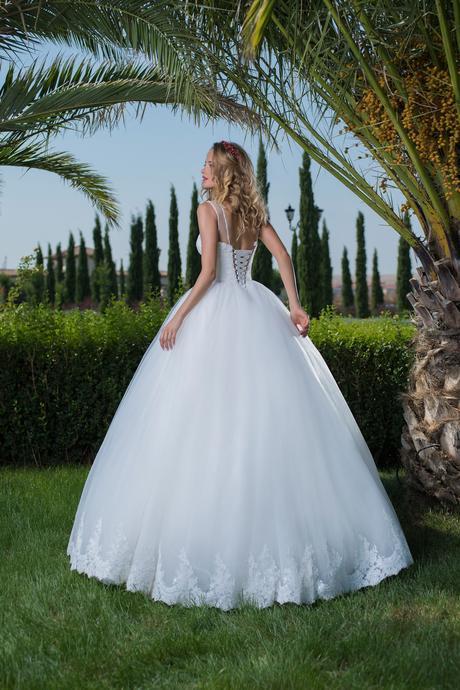 Elegantné svadobné šaty s čipkovaným lemom , 36