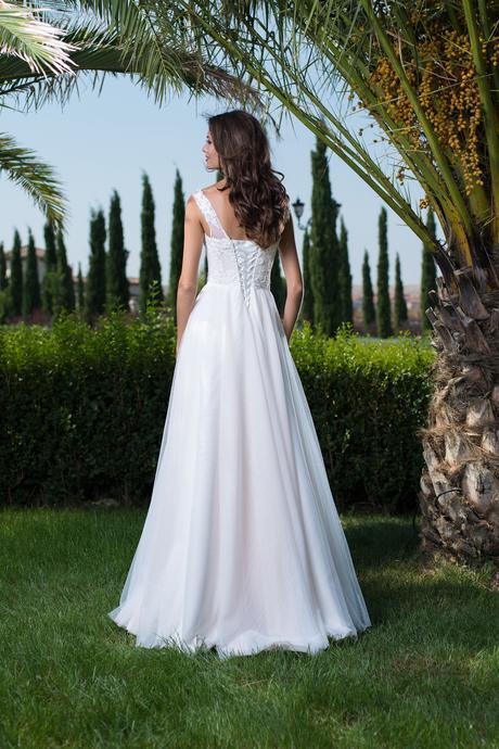 Kúzelné svadobné šaty s vyšívaným živôtikom , 36