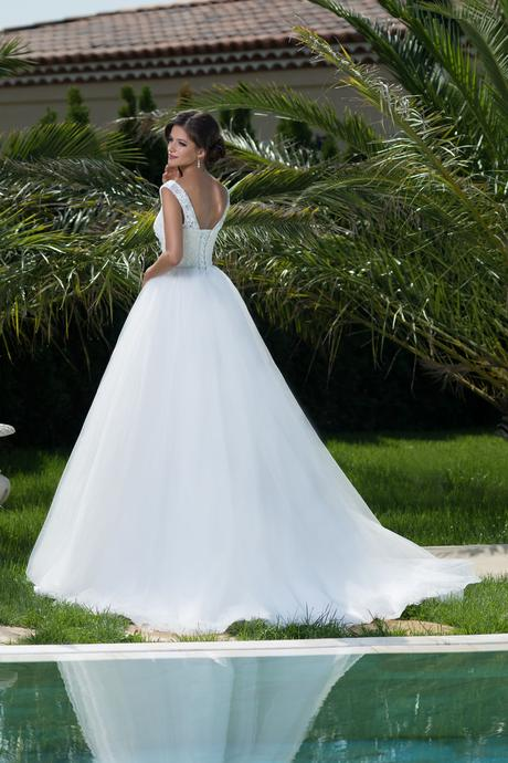 Luxusné svadobné šaty s nadýchanou sukňou , 36