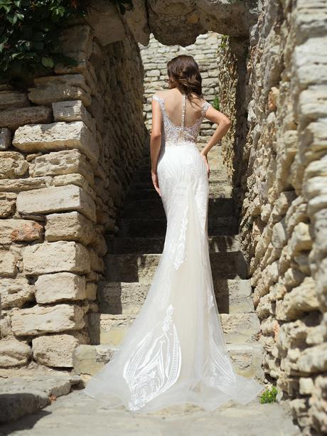 Nádherné svadobné šaty zdobené krásnou aplikáciou, 36