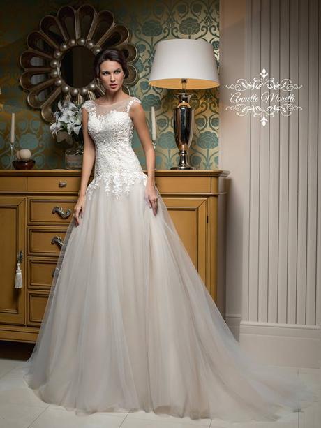 Oslňujúce svadobné šaty s odhaleným chrbátom , 42