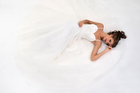 Svadobné šaty s tylovou sukňou s tenkými ramienkam, 36