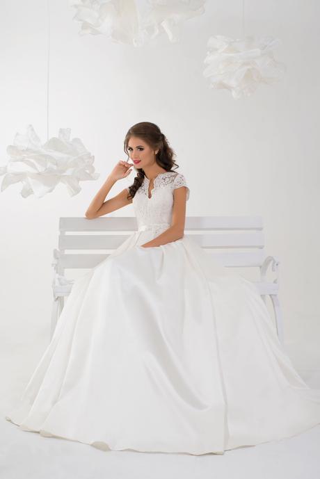 Svadobné šaty so saténovou sukňou a čipkou , 40