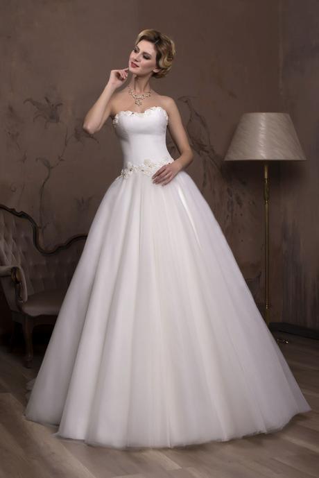 Úžasné svadobné šaty zdobené perličkami na predaj , 36