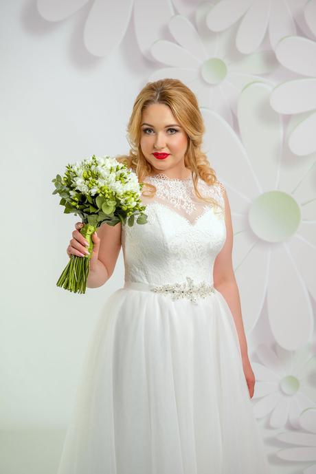 Žiarivé svadobné šaty s kamienkovým opaskom, 44