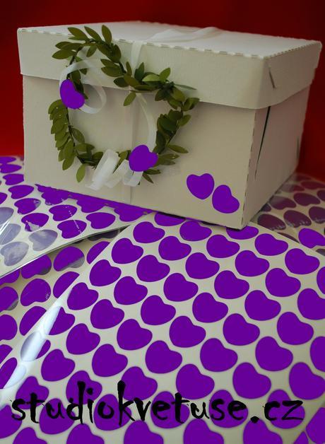 77 kusů fialových srdíček (č. 20),