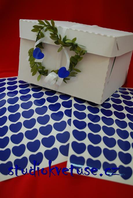 77 kusů modrých srdíček (č. 19),