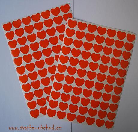77 kusů oranžových srdíček (č. 23),