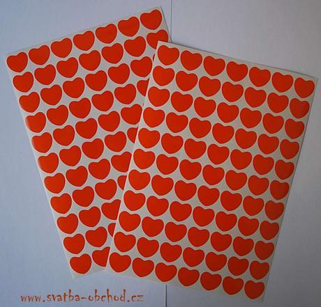 77 kusů oranžových srdíček (č. 31),