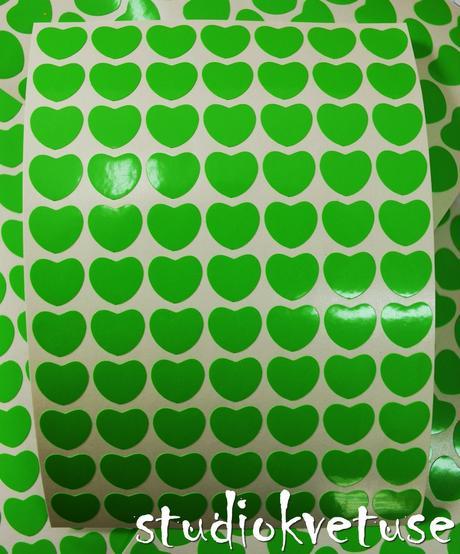 77 kusů zelených srdíček (č. 21),