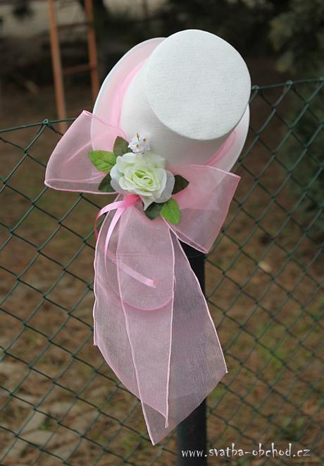 Bílý cylindr s mašlí a růží,